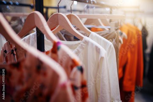 Odzież na wieszaku w nowoczesnym butiku sklepowym