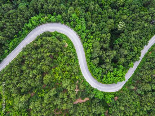 Widok z lotu ptaka na górskiej drodze