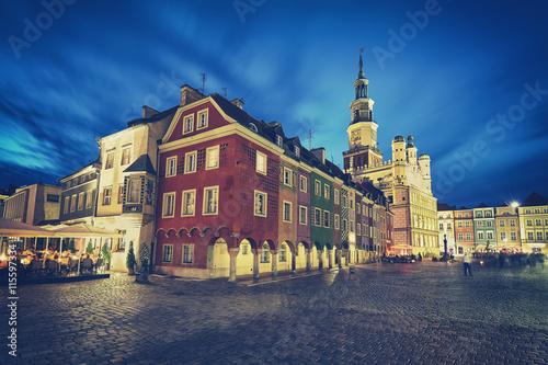 Retro stylizowany Stary Rynek w Poznaniu w nocy, efekt długiej ekspozycji, Polska.