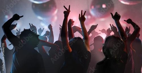 Koncepcja życia nocnego i dyskoteki. Młodzi ludzie tańczą w klubie.