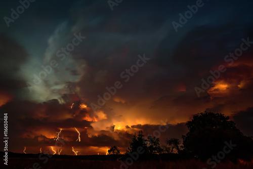 Groźne burzowe niebo z piorunami
