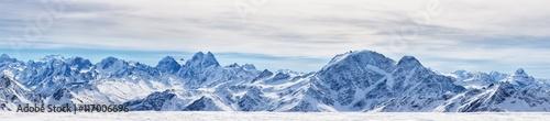 Panoramiczny widok na północne góry Kaukazu