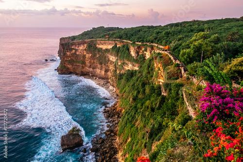 Malowniczy krajobraz wysokiego klifu z fantastycznym niebem słońca w Uluwatu. Podróż na Bali, Indonezja