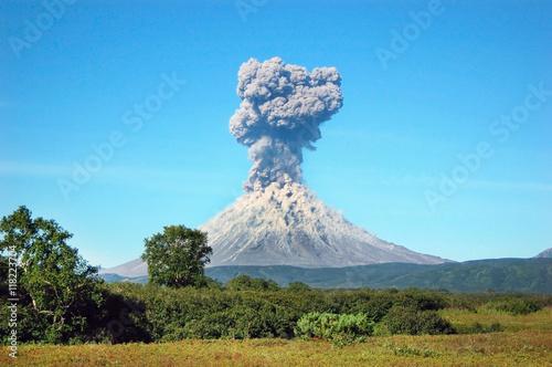 Wulkan Karimski. Erupcja wulkanu na Kamczatce, popiół płynął i został zniszczony