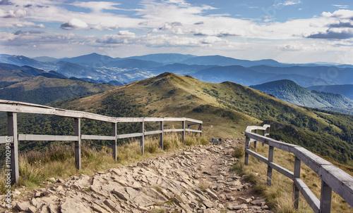 Górski kamienny szlak w Bieszczadach, nieopodal Wetlina