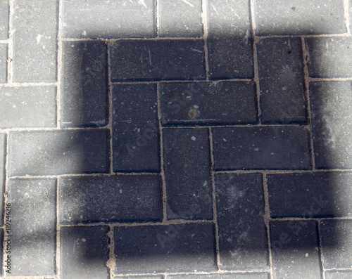 Квадратная тень падает на светлый асфальт абстракция
