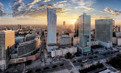 Warszawski miasto z nowożytnym drapaczem chmur przy zmierzchem, Polska