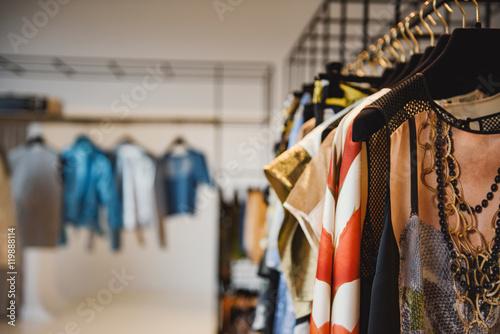 Ubrania na wieszakach w sklepie detalicznym