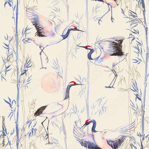 Ręcznie rysowane akwarela bezszwowe wzór z białych japońskich żurawi tańca. Powtarzające się tło z delikatnymi ptakami i bambusem