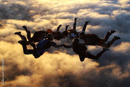 Skoki spadochronowe o zachodzie słońca