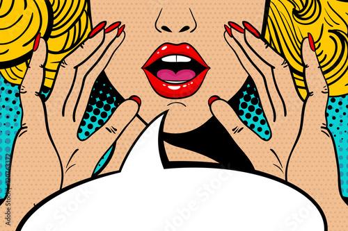 Seksowna zdziwiona blondynka pop-artu kobieta z otwartymi ustami i wznoszącymi się rękami krzyczy ogłoszenie. Tło w komiksowym stylu retro pop-art. Zaproszenie na imprezę.