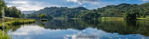Szeroka panorama na Rydal Water w Lake District w spokojny letni poranek.
