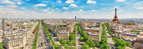 Piękny widok panoramiczny na Paryż z dachu Triumfalnego