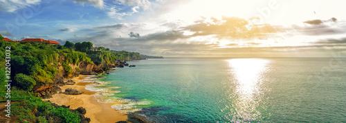 Panoramiczny widok na morze z malowniczą plażą o zachodzie słońca. Plaża Tegalwangi, Bali, Indonezja