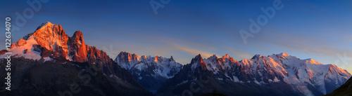 Panorama Alp w pobliżu Chamonix, z Aiguille Verte, Les Drus, Auguille du Midi i Mont Blanc, podczas zachodu słońca.
