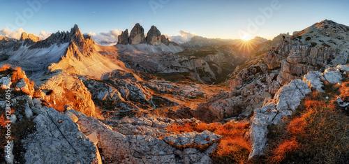 Dolomity górska panorama we Włoszech o zachodzie słońca - Tre Cime di Lav