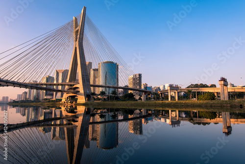 Most Octavio Frias de Oliveira w Sao Paulo jest punktem orientacyjnym miasta