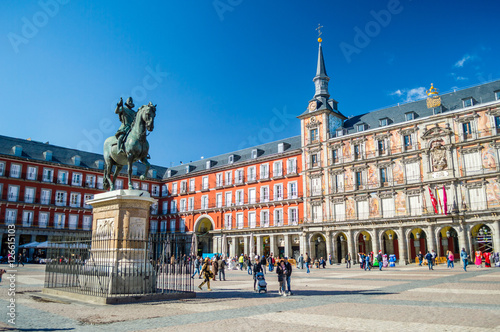 Pomnik Filipa III i Casa de la Panaderia na Plaza Mayor w Madrycie, Hiszpania