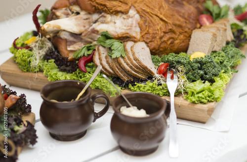 Jedzenie w formie bufetu, stół wiejski, stół szwedzki. Posiłki, wyrzywienie dla ludzi podczas zabawy, imprezy weselnej: mięso, ser, pasztet, kiełbasa, smalec, szynka, przyprawy, sałata, pierogi, wódka