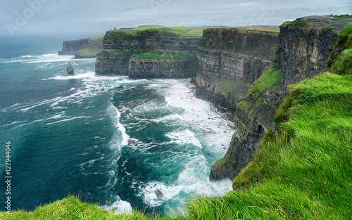 Spektakularny widok na słynne klify Moher i dziki Ocean Atlantycki, hrabstwo Clare, Irlandia.