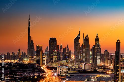 Piękny widok na panoramę Dubaju w Zjednoczonych Emiratach Arabskich widziany z Dubai Frame o zachodzie słońca przedstawiający Burdż Chalifa, wieże Emirates, budynek indeksu i DIFC