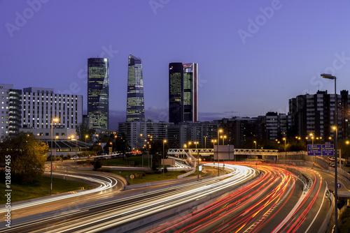 Atardecer de Madrid con los rascacielos y las luces de la carretera