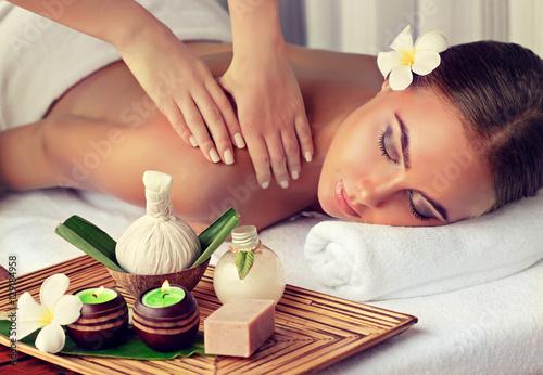 Pielęgnacja ciała. Zabieg masażu ciała w spa. Kobieta o masażu w salonie spa