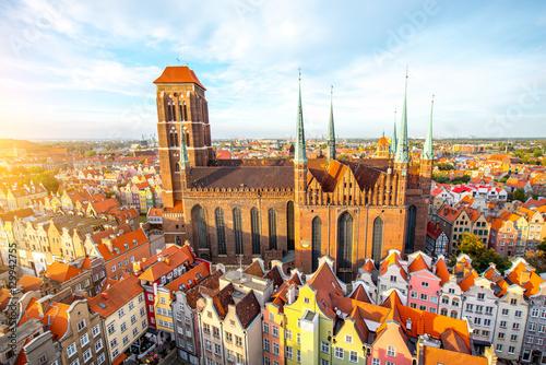 Widok z lotu ptaka na starym mieście z kościoła Świętego Marysa na zachód słońca w Gdańsku, Polska
