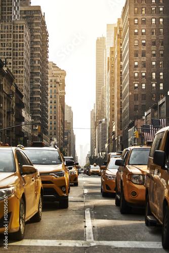 Żółte taksówki na ulicy