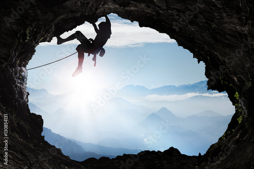 Bergsteiger im Hochgebirge an einem Höhlenausgang