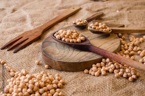 nasiona ciecierzycy na stole w brązowej tonacji, kuchnia płótno drewno.