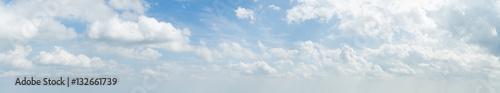 Panorama biel chmura i niebieskie niebo w ranku