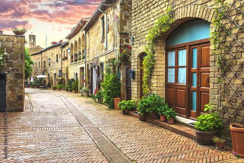 Ulice pełne kwiatów starego włoskiego miasta w Toskanii.