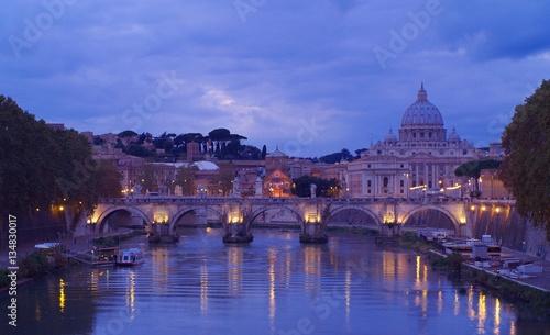 Fot. Konrad Filip Komarnicki / EAST NEWS Watykan 10.07.2010 Bazylika swietego Piotra w Rzymie wieczorem.