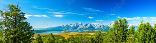 Park Narodowy Grand Teton, Wyoming. Grand Tetons pasmo górskie niebieskie niebo. Panorama