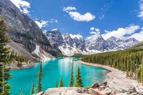 Morena jezioro w Banff parku narodowym, Canadian Rockies, Kanada. Słoneczny letni dzień z niesamowitym niebieskim niebem. Majestatyczne góry w tle. Czysta turkusowo-niebieska woda.