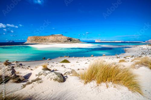 Niesamowita panorama Laguny Balos z magicznymi turkusowymi wodami, lagunami, tropikalnymi plażami z czystym białym piaskiem i wyspą Gramvousa na Krecie w Grecji