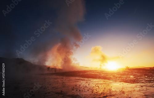 Fantastyczny zachód słońca erupcja gejzeru Strokkur na Islandii