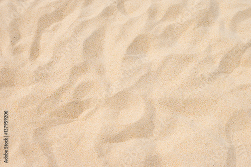 Drobny piasek plażowy w letnim słońcu