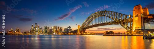 Sydnej. Panoramiczny wizerunek Sydney, Australia z schronienie mostem podczas mrocznej błękitnej godziny.