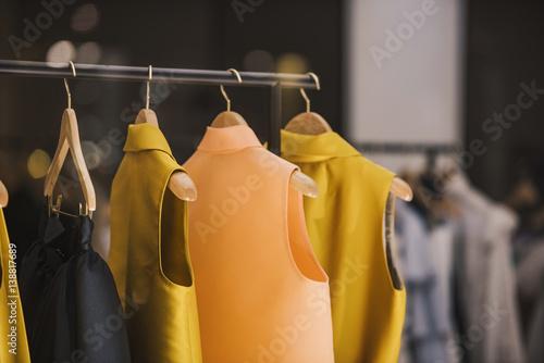 Modne ubrania w butiku w Londynie.