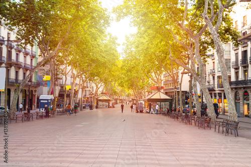 Ulica La Rambla. Najpopularniejsza ulica w Barcelonie wcześnie rano. Prawie pusty. Hiszpania
