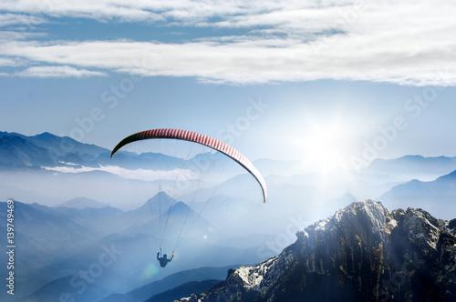 Paralotniarstwo w wysokich górach o wschodzie słońca