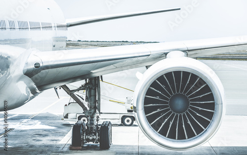 Szczegół skrzydła silnika samolotu przy bramie terminala przed startem - Koncepcja podróży Wanderlust na całym świecie samolotem na międzynarodowym lotnisku - Retro kontrastowy filtr z jasnoniebieskimi tonami