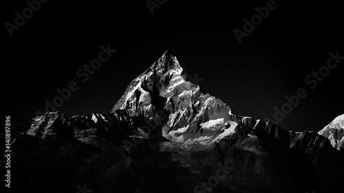 Machapuchare szczyt w Himalajach. Kolor czarno-biały.