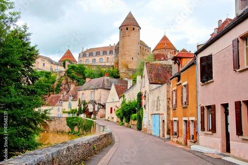 Widok w kierunku starożytnego miasta warownego Semur en Auxois, Burgundia, Francja