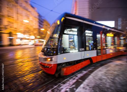 Nowoczesny tramwaj w ruchu rozmycie.