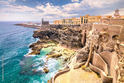 Mury miejskie, latarnia morska i port w Melilli, hiszpańska prowincja w Maroku. Skaliste wybrzeże Morza Śródziemnego.