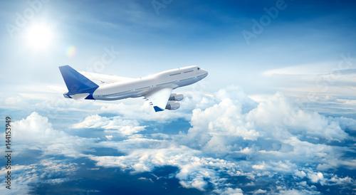 Samolot leci ponad chmurami