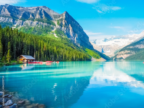 Piękna natura jeziora Louise w Parku Narodowym Banff, Kanada